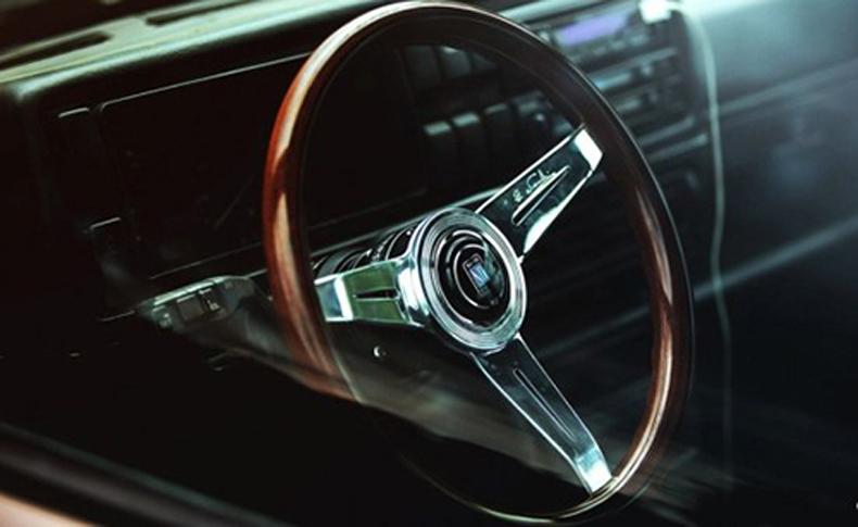 复古三幅木质方向盘,使得车内充满了复古的韵味